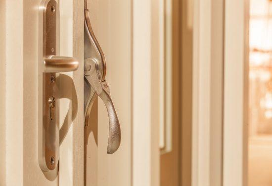 Verwijs Timmerwerken realiseert houtwerk interieur, zoals deze houten deurkozijn.